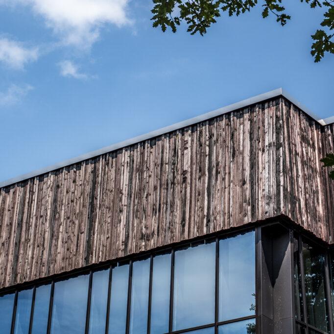Architekturfotografie modern Glas und Holz mit blauem Himmel