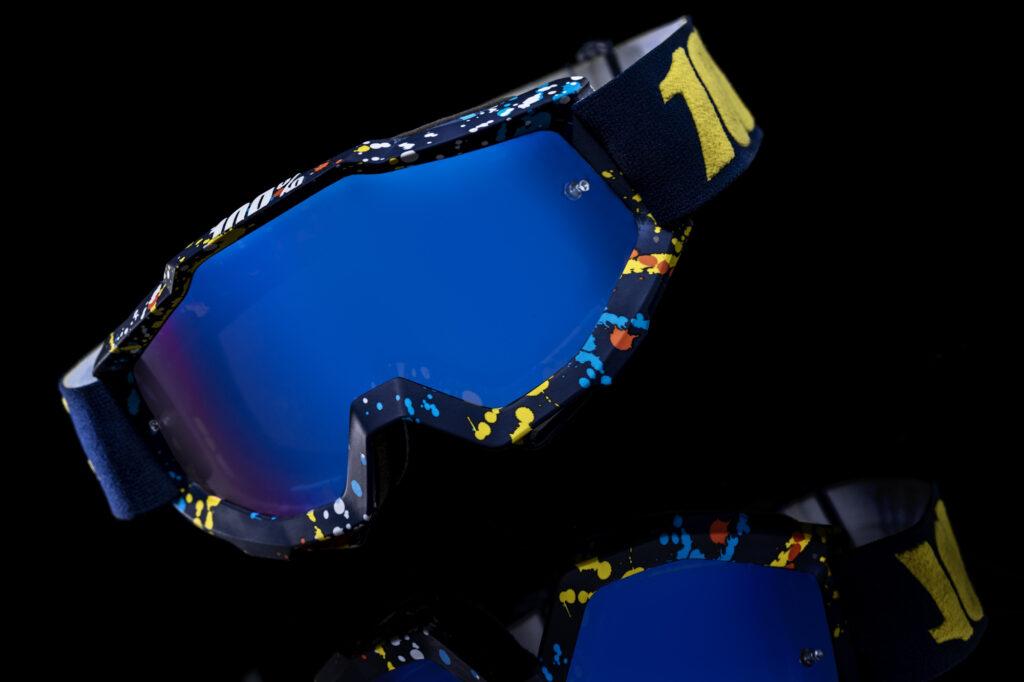 blaue Motocross Mountainbike Schutzbrille 100% vor schwarzem Hintergrund mit Spiegelung