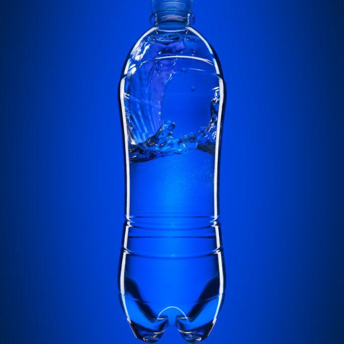 Werbefoto blau PET Wasserflasche